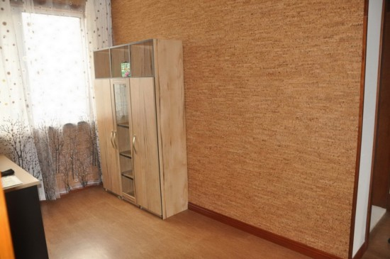 Комната с установленными пробковыми панелями
